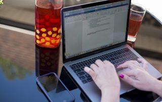 Doigts sur un clavier